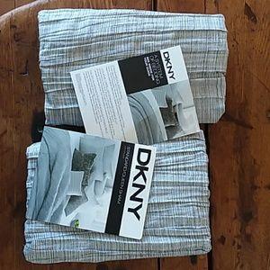 DKNY Bedding - DKNY 2 QUEEN SHAMS 'CITY PLEAT'